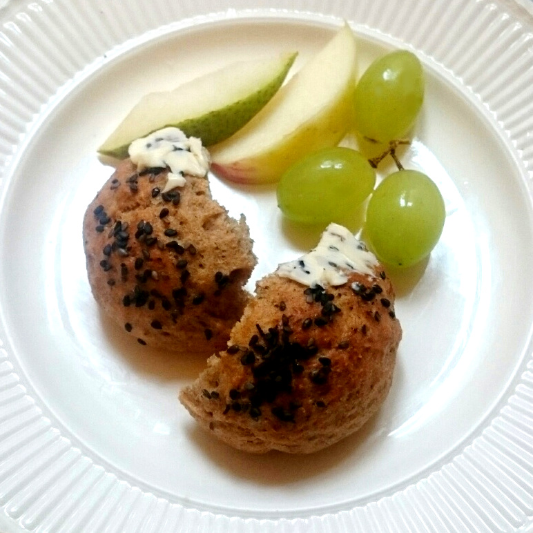 Selbstgebackene Quarkbrötchen mit Butter