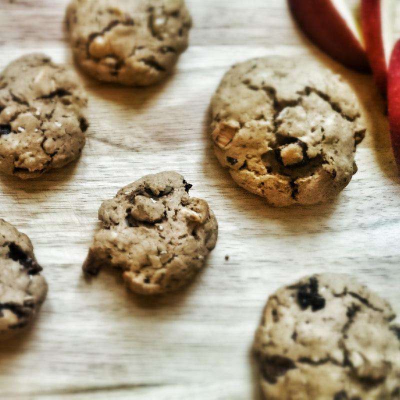 Bratapfel Walnuss Cookies ohne Zucker auf einem Holzbrett mit Apfelspalten