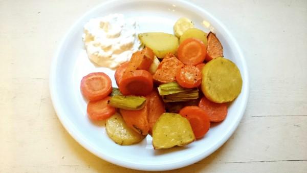 Kartoffeln, Karotten, Süßkartoffeln und Lauch mit Quark auf einem Teller