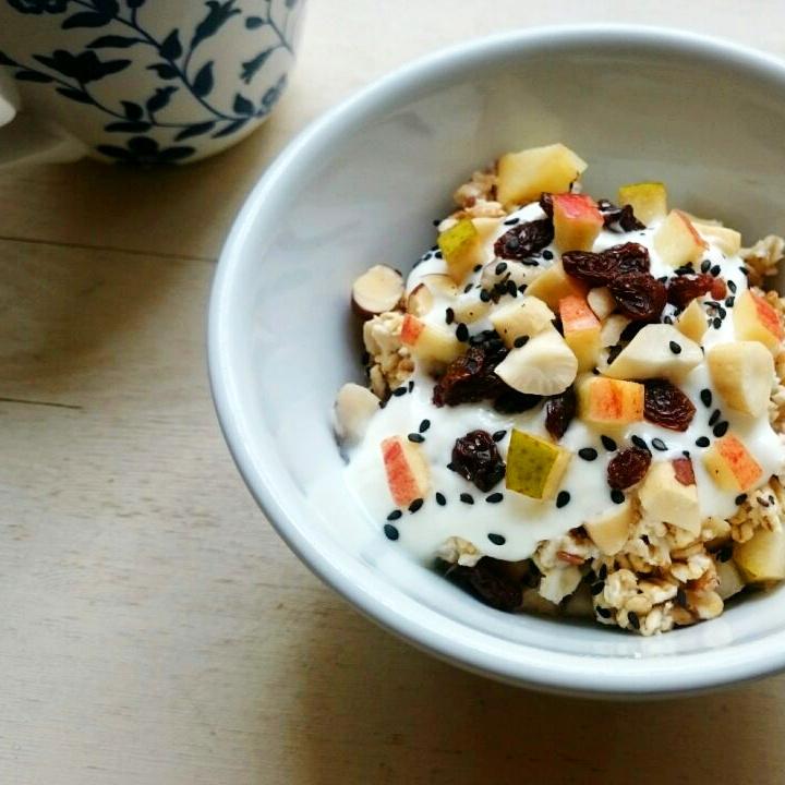 Selbstgemachtes Müsli mit Joghurt und frischen Früchten