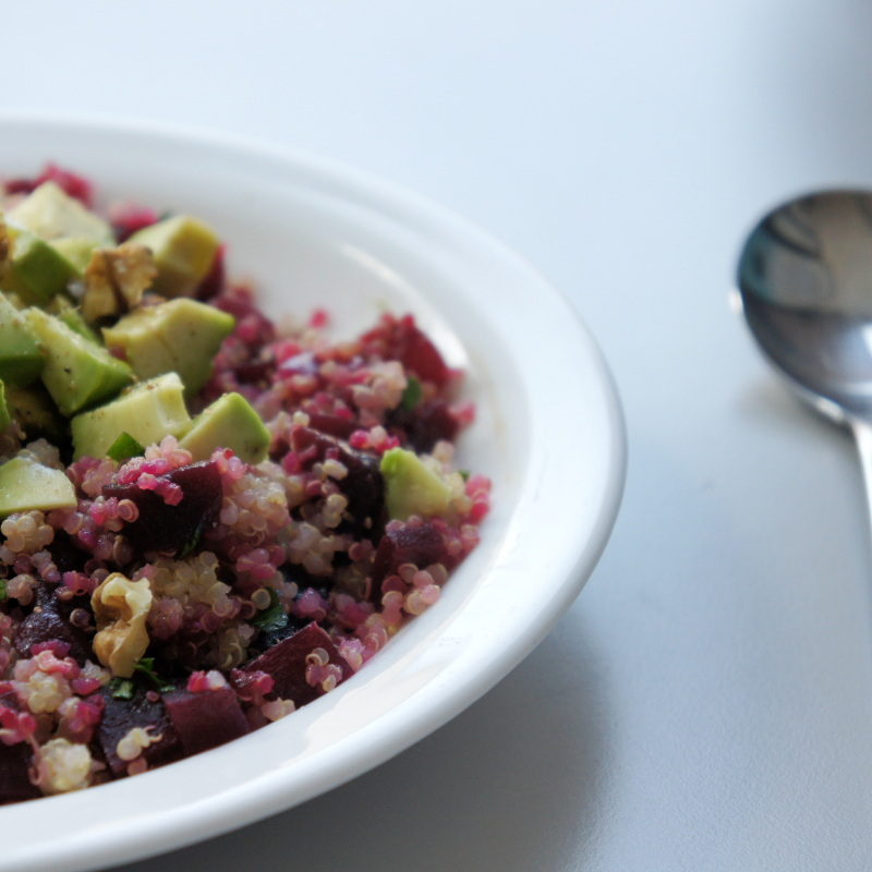 Quinoa, Rote Beete, Avocado und Walnüsse