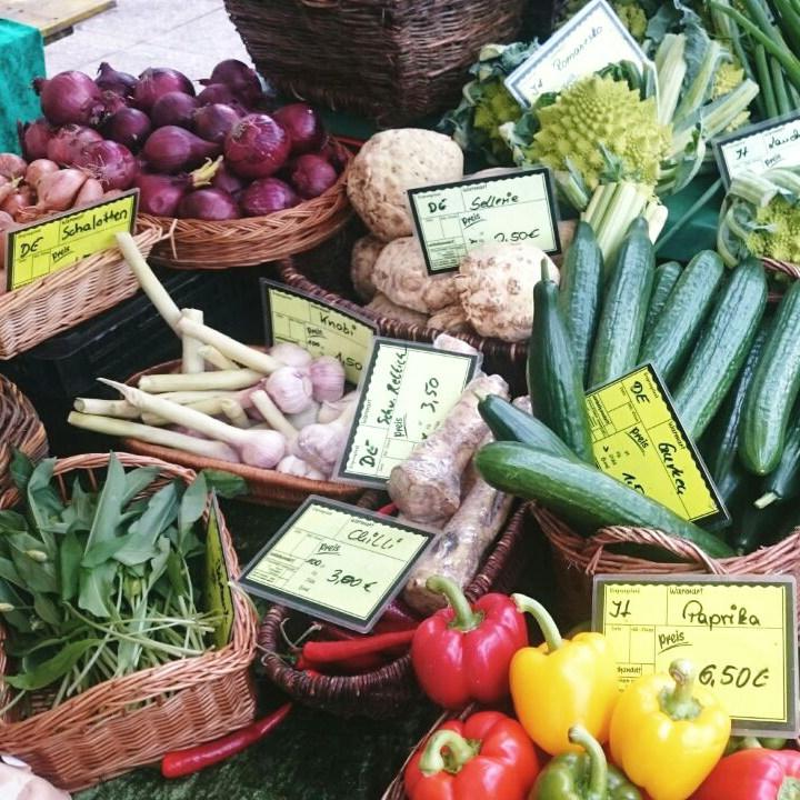 Saisonales Gemüse an einem Marktstand