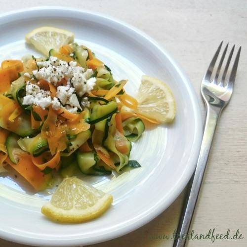 Gemüsesalat auf Teller mit Zitronenscheiben angerichtet