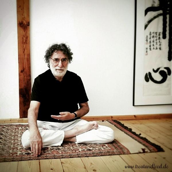 Politikwissenschaftler und Yogalehrer Hans-Peter Hempel im Lotussitz.