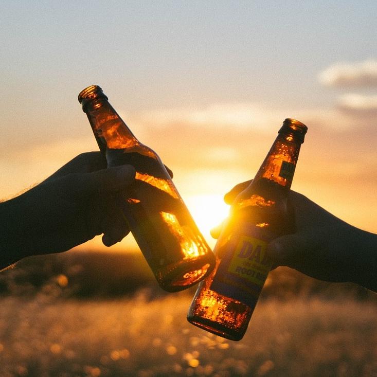 Prost: Zwei anstoßende Bierflaschen.