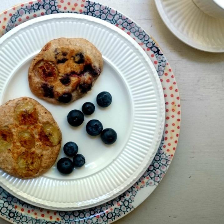 Bananeb-Blaubeer-Pfannkuchen mit Dinkel gebacken