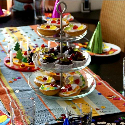 Gedeckter Tisch mit Kuchen zum Kindergeburtstag