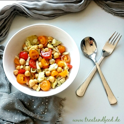 Löffel, Gabel und Schüssel mit Toamten-Fenchel-Kichererbsen-Salat