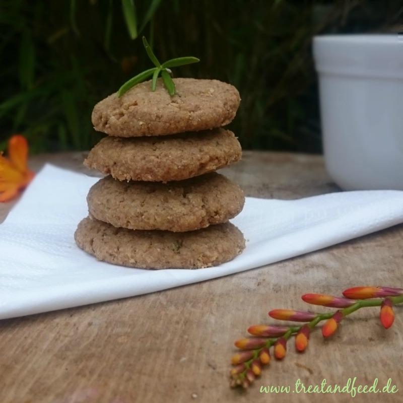 Vier Kekse Gestapelt mit Rosmarin- und Blumen-Deko
