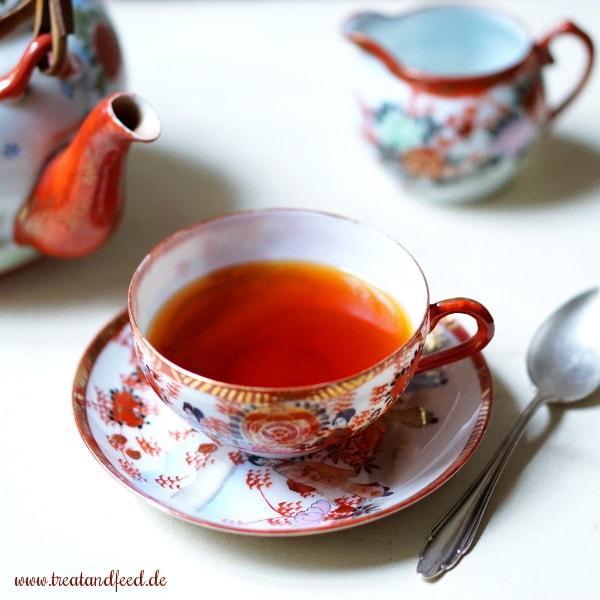 Teetasse gefüllt mit Roibuschtee, der möglicherweise krebserregende Pyrrolizidinalkaloide enthält