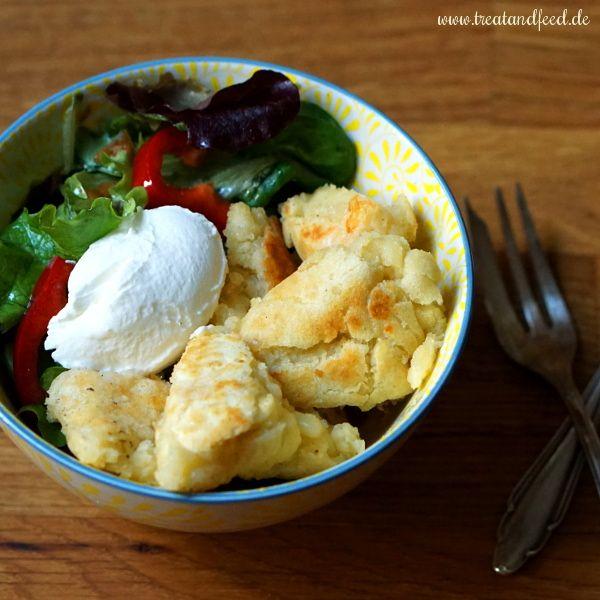Parmesan-Schmarrn mit Schmand und Blattsalat
