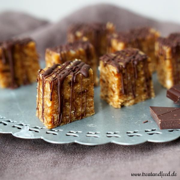 Selbstgemachte Müsliriegel mit Honig, Aprikosen, Nüssen und Schokolade
